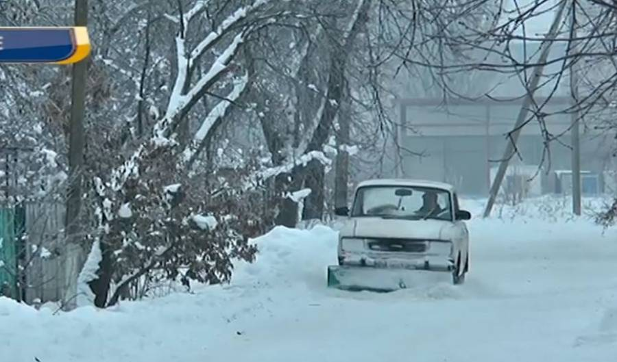 Кропивничанин розчищає вулиці від снігу (ВІДЕО)