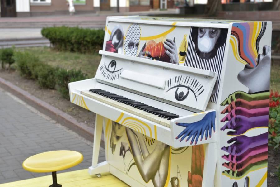 Вуличне піаніно у центрі Кропивницького