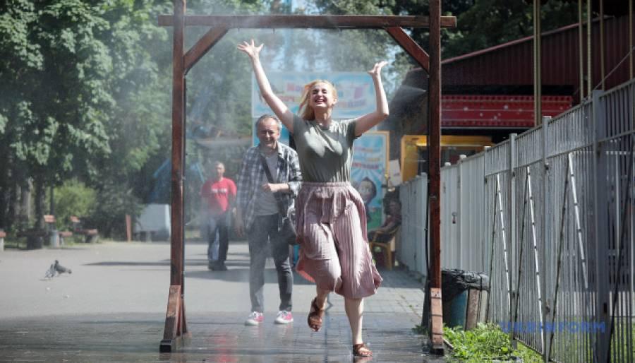 Рятуймося від спеки: У Києві встановили охолоджувальні рамки (адреси)