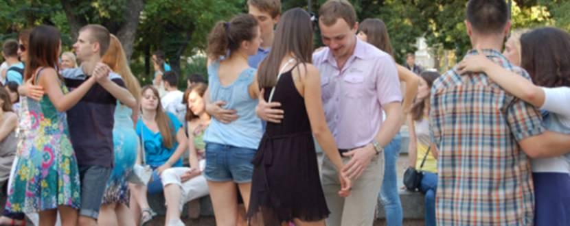 Танцювальний вечір у мистецькому дворику