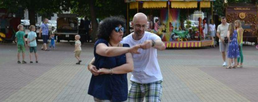Танці біля кінотеатру Шевченка