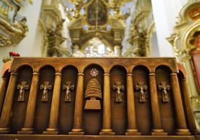 Гріб з мощами святого Шарбеля у Львові