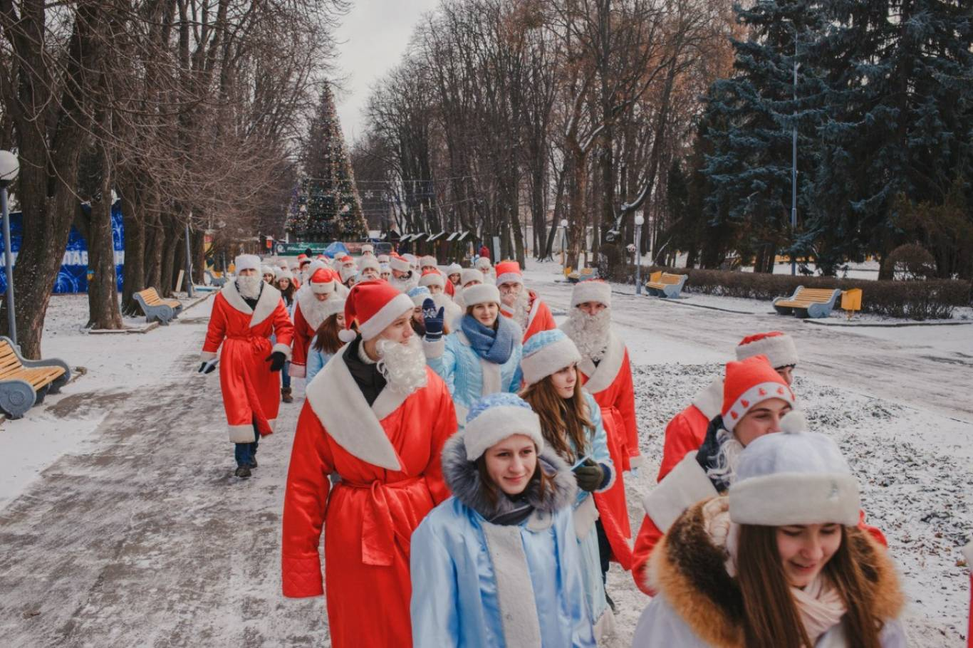 Святковий парад Дідів Морозів та Снігуроньок