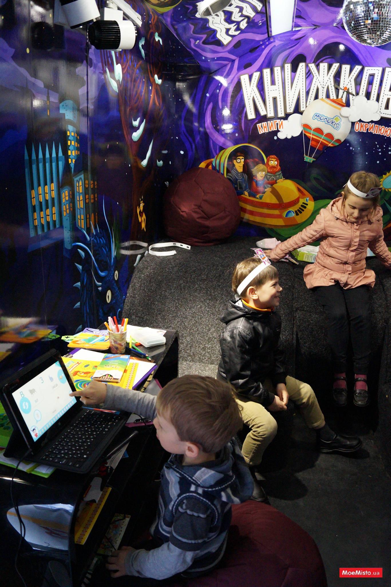 КНИЖКОБУС:  подорожуюча бібліотека на колесах