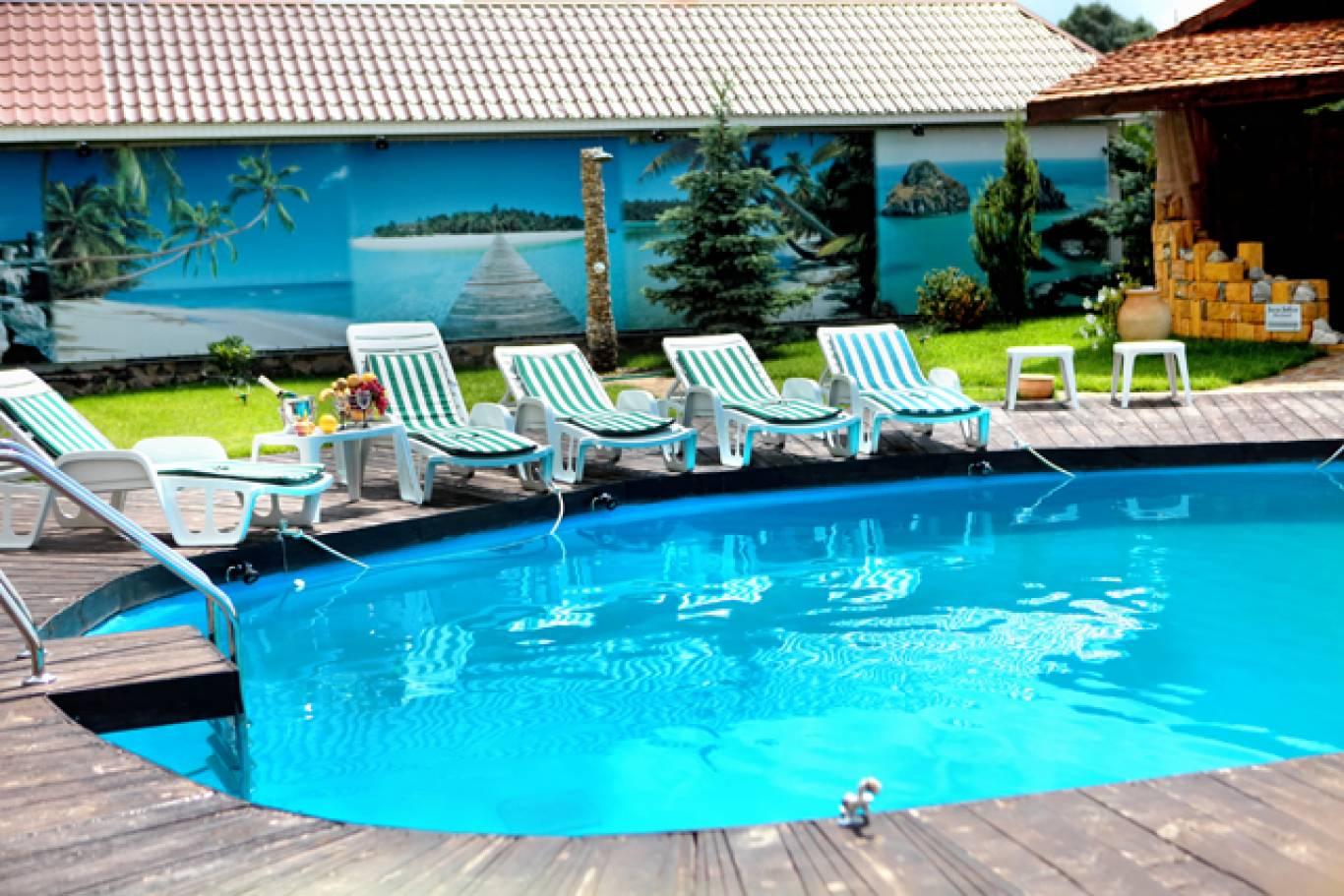 Відпочинок біля басейна