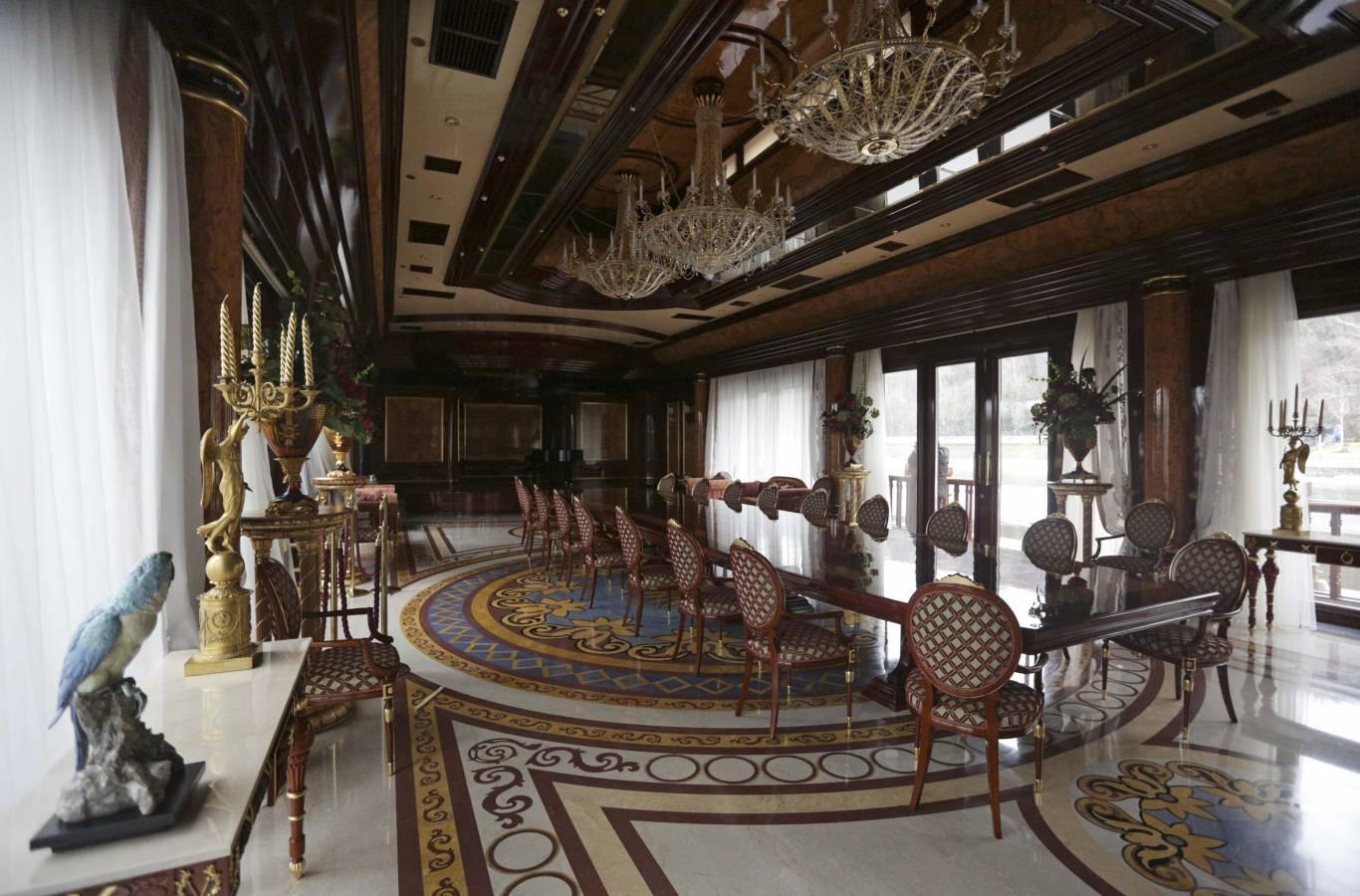 Тур вихідного дня до Межигір'я (музей корупції)