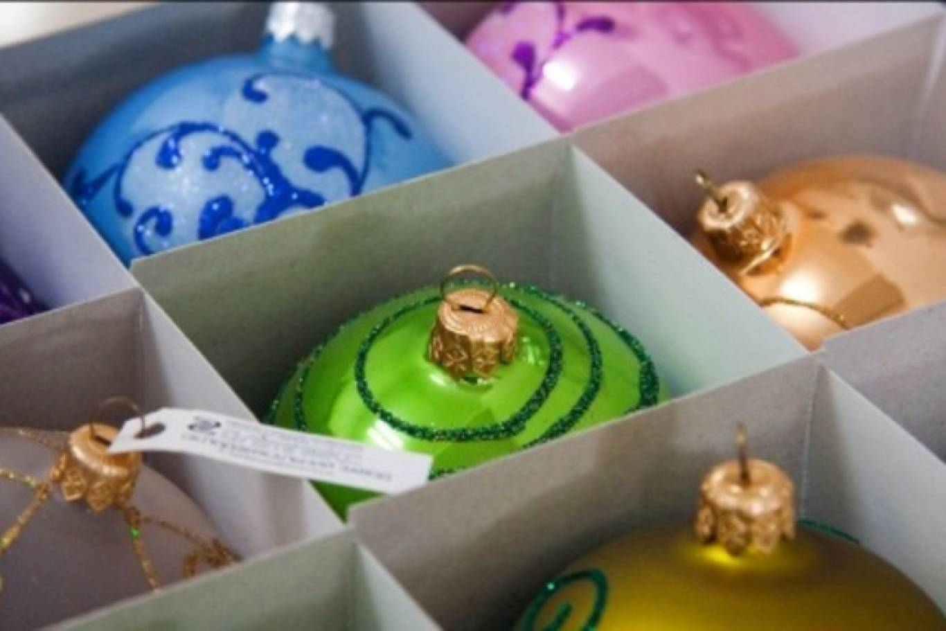 Яскраві барви + фабрика ялинкових прикрас