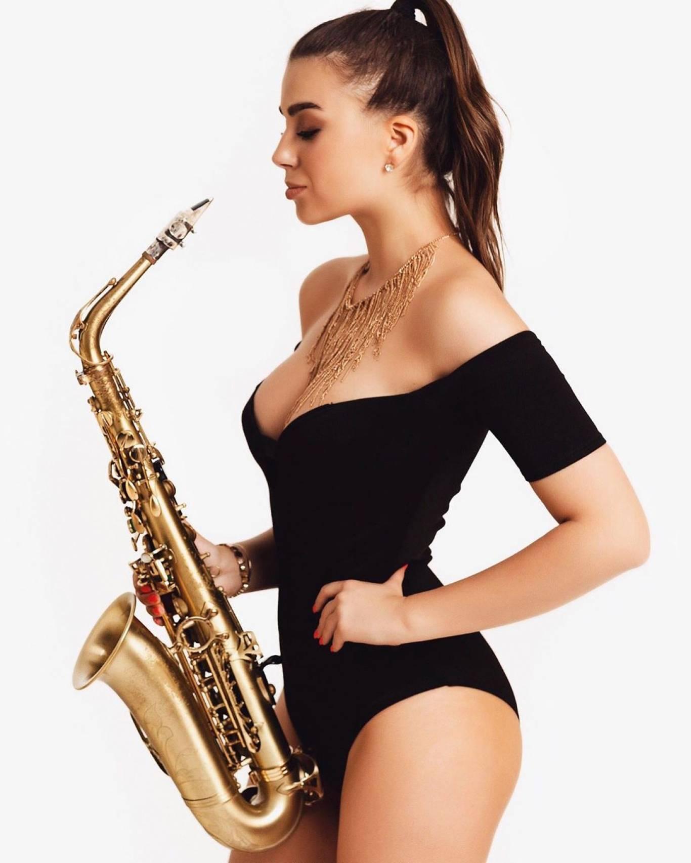 картинки лиза взрослая на саксофоне фронте