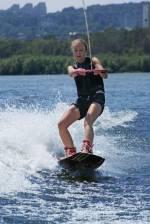 Заняття вейкбордінгом та водними лижами у Гідропарку